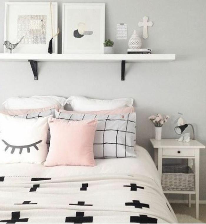 couissin couleur rose poudré, étagère blanche, ambiance scandinave, chevet blanc