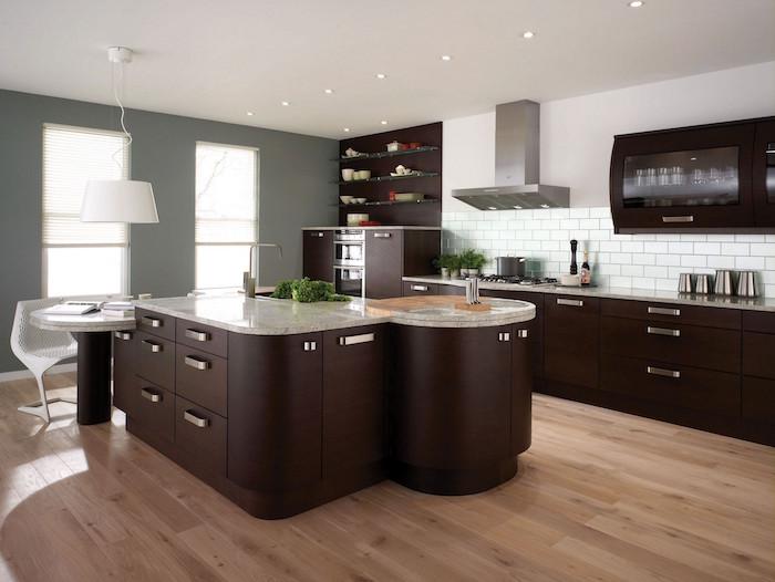 cuisine ouvert bistre couleur marron foncé avec ilot central