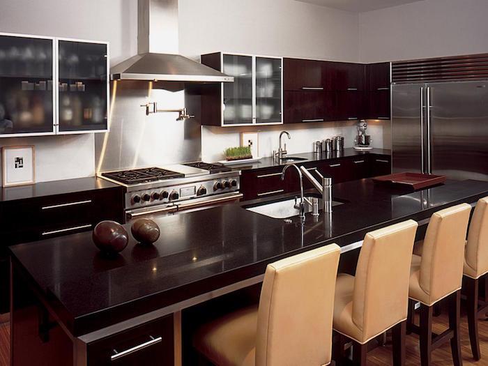 grande cuisine équipée industrielle aux teintes bistre et beige