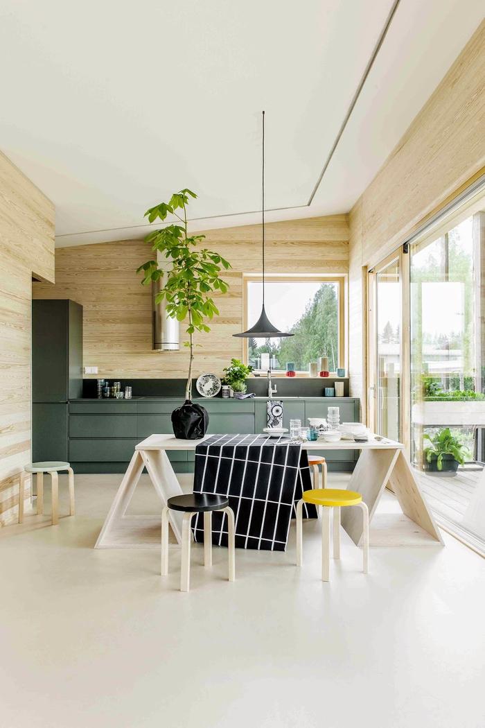 ambiance zen et naturelle en bois naturel, cuisine ouverte au design éco responsable, placards vert canards au design scandinave
