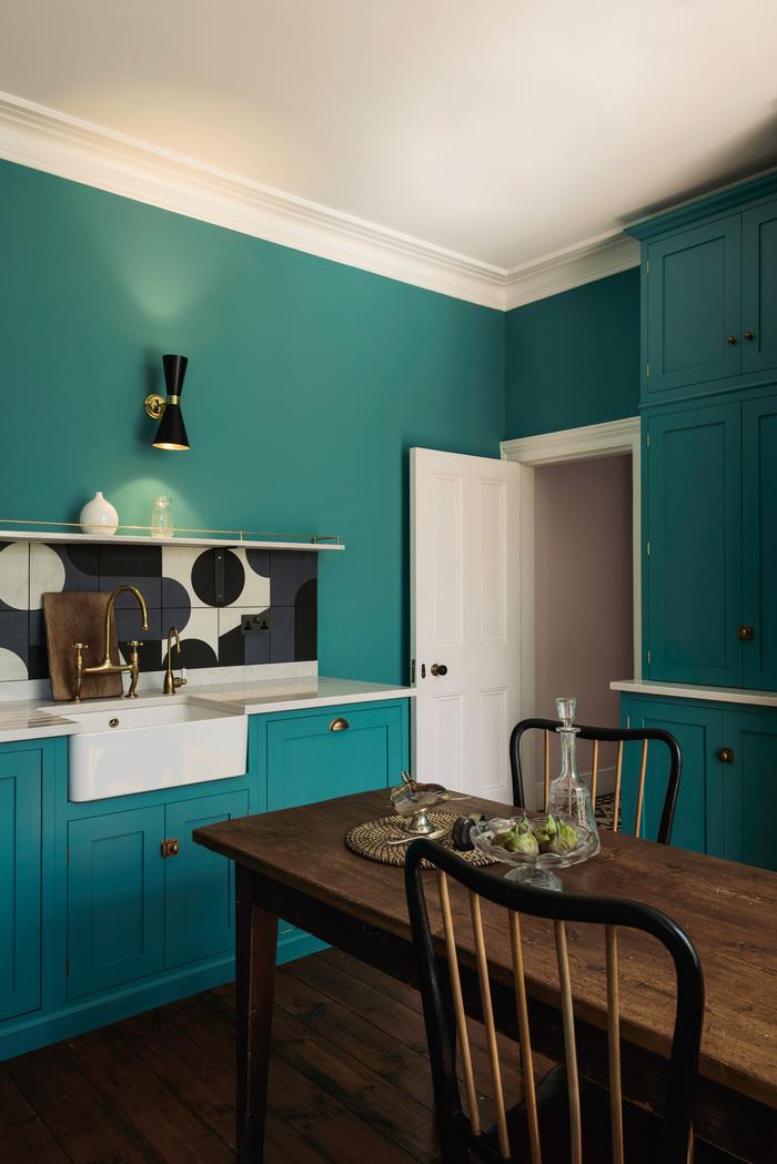 une cuisine turquoise de style anglais aux accents modernes et rétro, placards de cuisine peints en couleur canard qui tire vers le turquoise