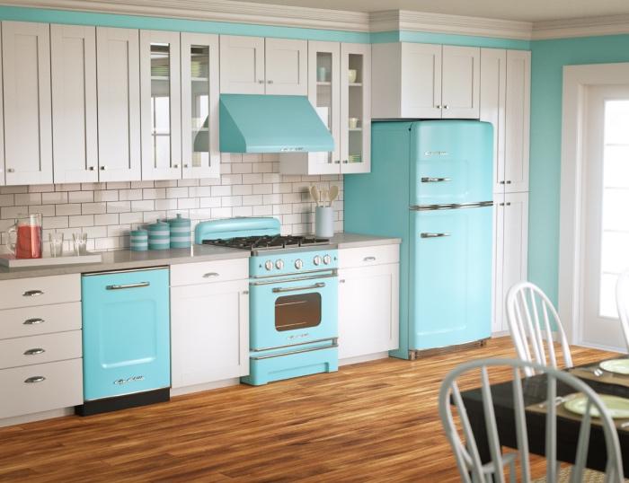 modele de cuisine blanche evec de peites touches de couelur vert d eau, parquet marron, carrelage blanc, plan de travail gris