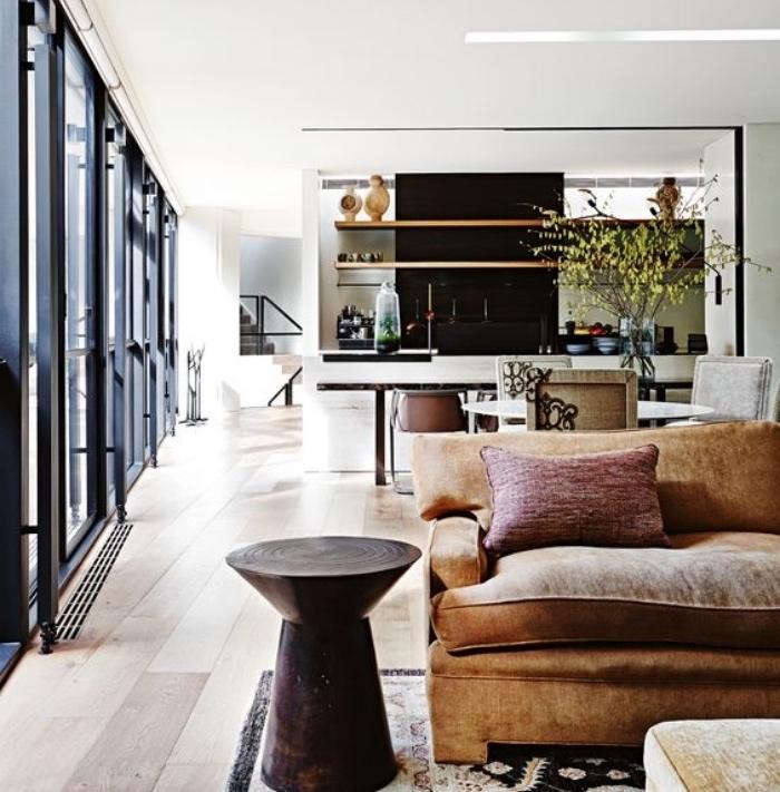 idée am;enager une petite cuisine ouverte sur le salon, façade cuisine en noir et blanc, coin salle à manger avec table et chaises, salon tapis oriental vintage, canapé marron et table d appoint ronde