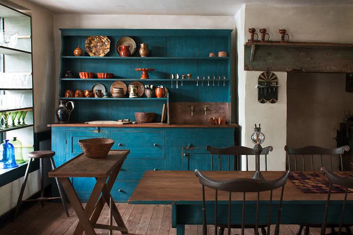 une cuisine rustique de style maison de campagne, ambiance naturelle et apaisante avec des cabinets peints en bleu paon