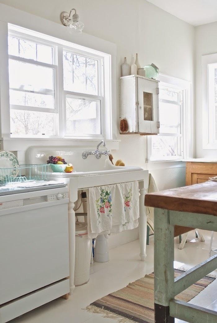 cuisine shabby chic en blanc, lavabo console en blanc, ilot de cuisine en bois, etagere en bois brut