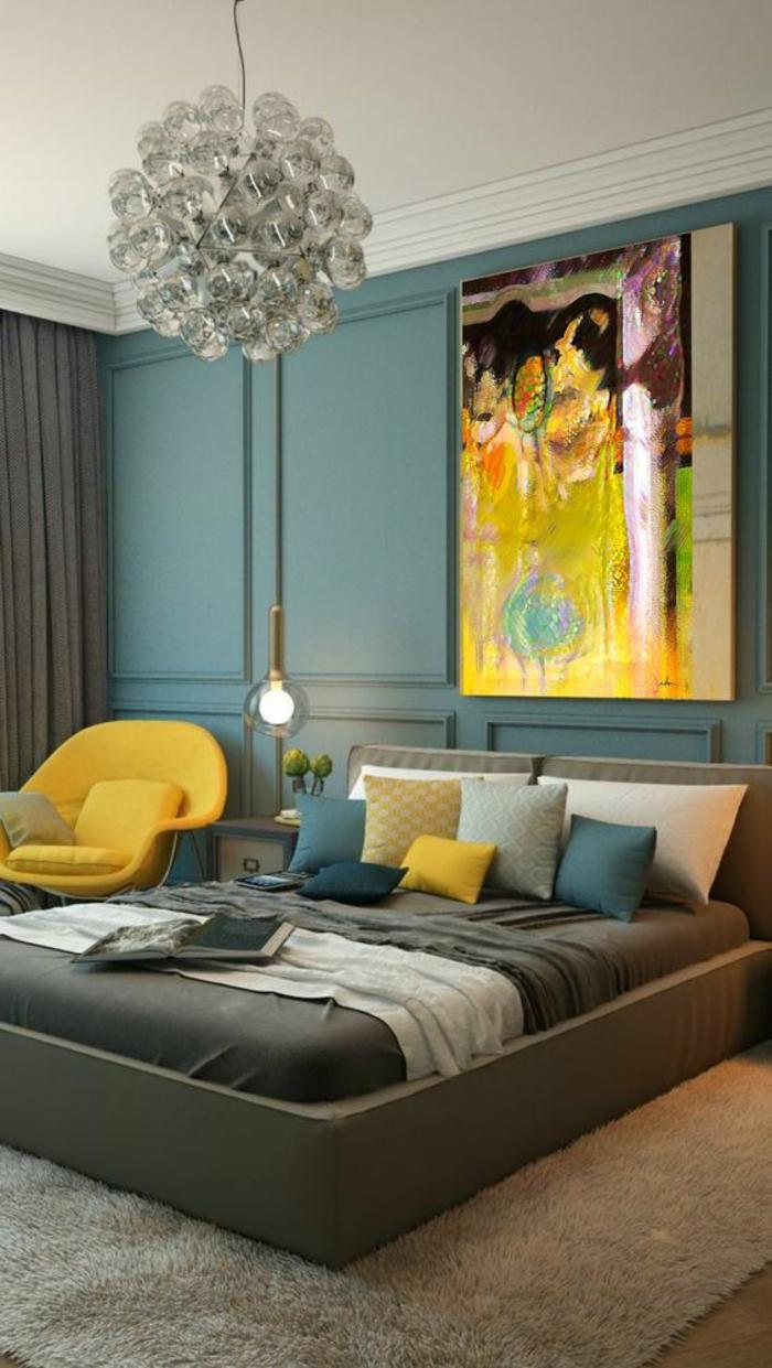 chambre design en nuances pastels et couleurs vives ambiance rechargeante grand lustre boule crystal et grand tableau abstrait rayonnant de couleurs