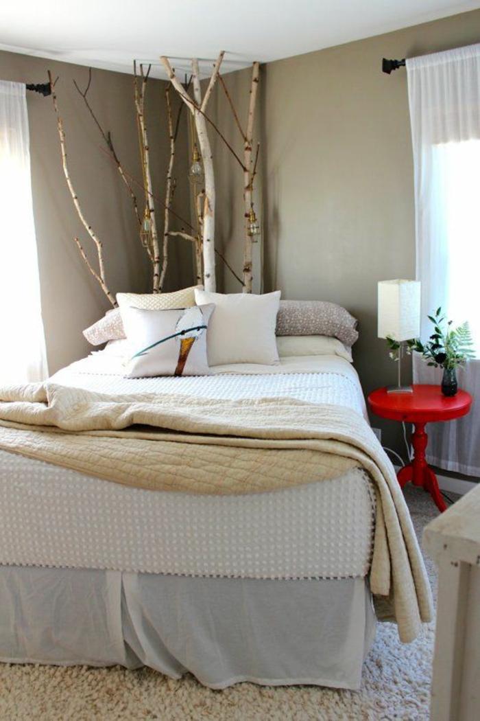 idee deco chambre avec des arbustes dans le coin petite table ronde et rouge