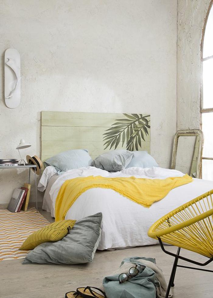 chambre design en jaune blanc et bleu avec des murs blancs et tabouret tresse tissu jaune et métal noir
