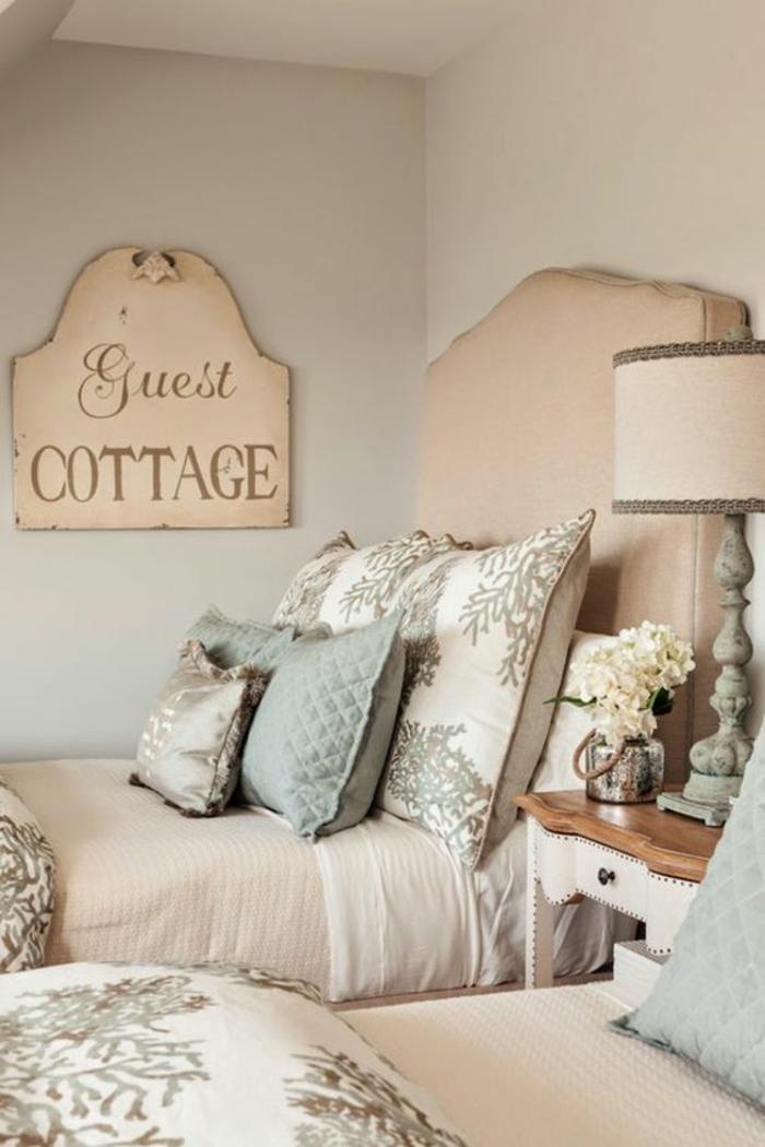 chambre design Guest cottage shabby chic en couleur rose pale et bleu pastel avec lampadaire classique