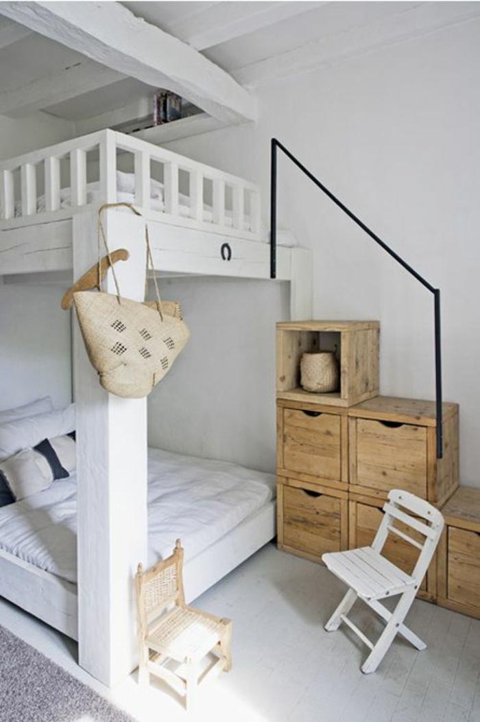 idee deco chambre avec des lits blancs à 2 niveaux avec des escaliers qui sont en fait des meubles pour ranger disposés de manière à former des escaliers