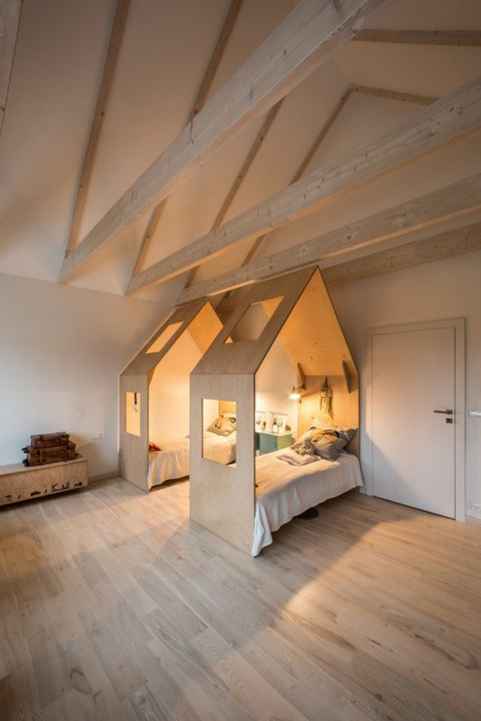 chambre design sous pente plafond très haut deux lits en forme de maisons en beige