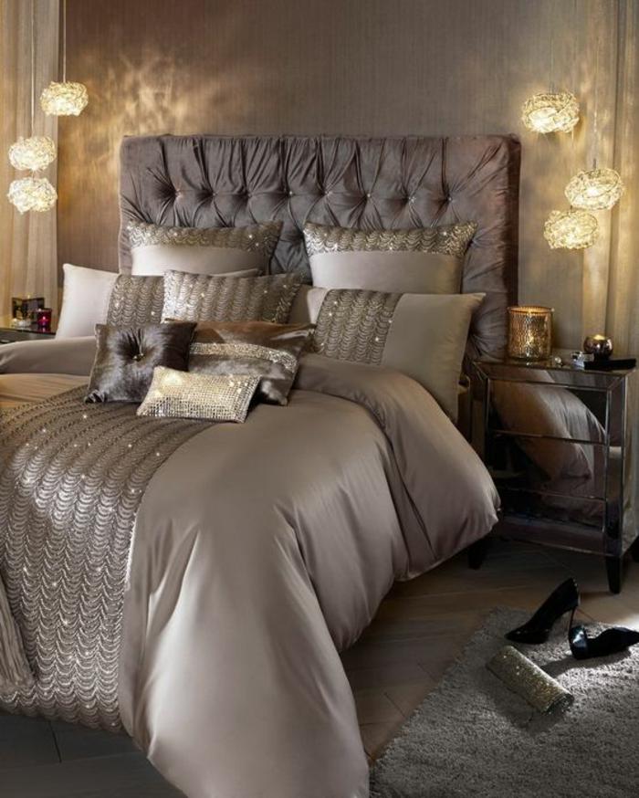 chambre design aux reflets irisés glamour et sexy sequins sur la couverture lit en couleur prune luminaires suspendus lumière discrète