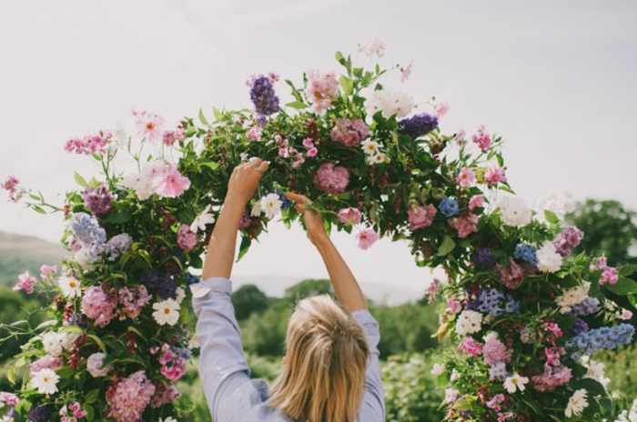 Décoration florale mariage arche de mariage fabriquer une arche image poser les fleurs