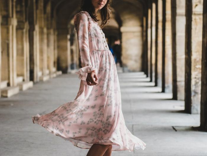 Silhouettes femmes s habiller avec du style femme chique tenue robe rose jolie fluide robe d été