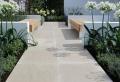 Les dalles et les margelles piscines en grés cérame pour la terrasse – un dallage extérieur de qualité