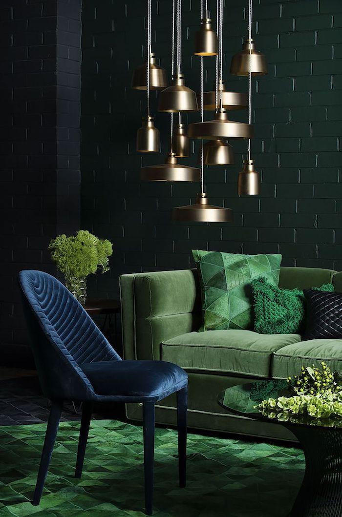 lampe cuivre, design salon vert, chaise en velours bleu et canapé en velours vert, table ronde noire à effet miroir