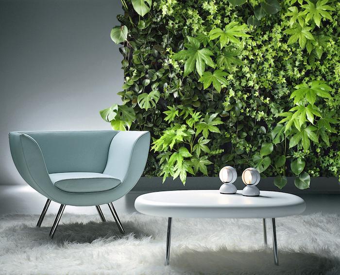 oasis tropical, table basse et ovale en blanc, chaise en cuir bleu claire, tapis blanc en fausse fourrure, végétation murale