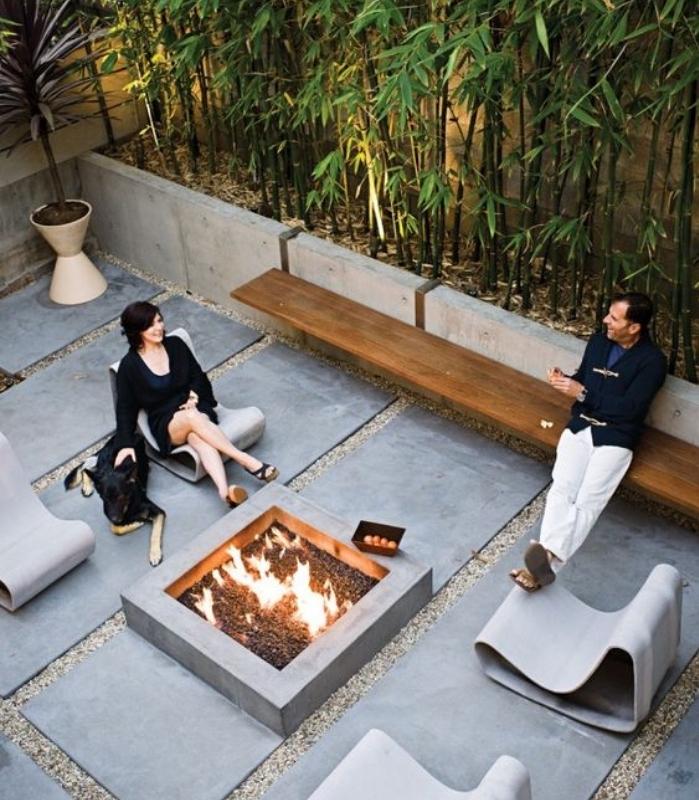 maison contemporaine avec jardin zen dans la cour derriere, brasero, dalles de pierres sur du gravier, mur de bambou