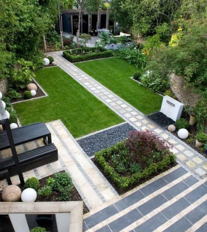 exemple déco de jardin zen, des coins verts, recouverts de gazon, arbustes et arbres, chemins en dalles de pierre