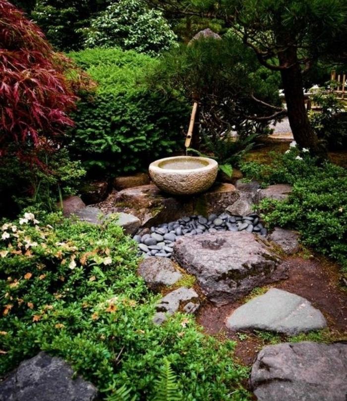petit bassin d eau, galets et pierres, plante couvrante sol, arbres, relief inégal, decoration zen jardin naturel