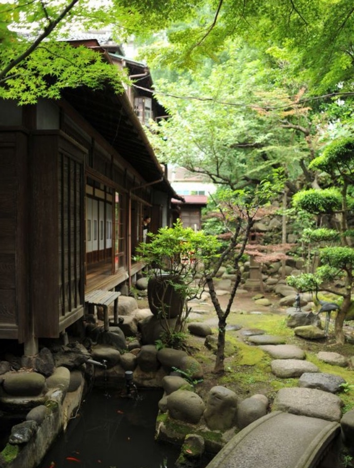 jardin zen japonais, bassin deau carpe koi, chemins de pierre et pont en pierre, arbres er maison style japonais