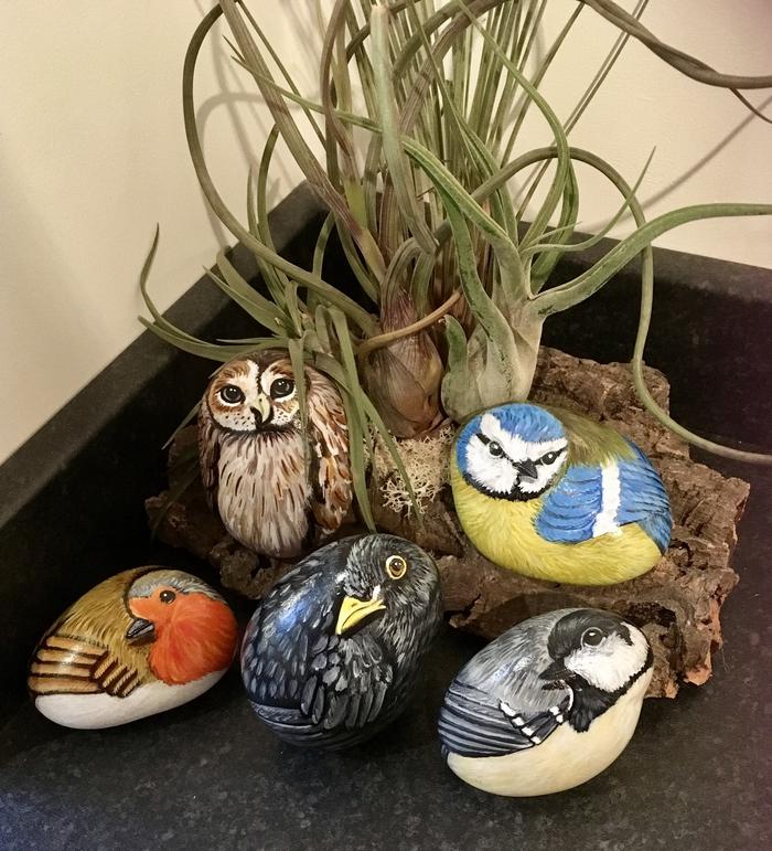 l'art de la peinture sur pierre, un nid d'oiseau décoratifs composé de galets peints en oiseaux