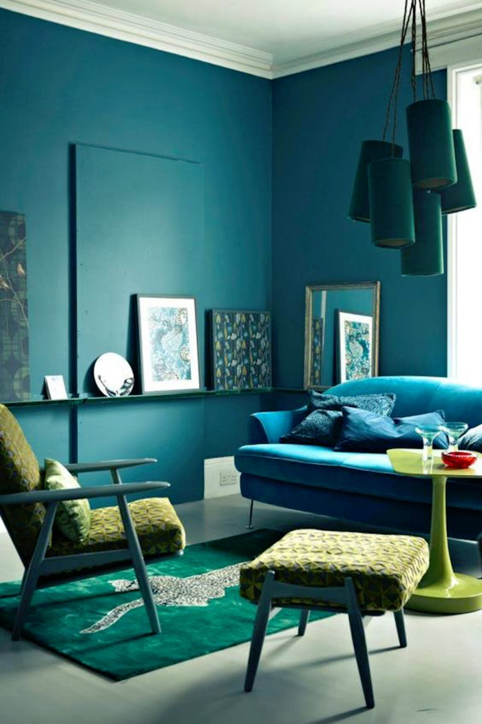 salon bleu paon qui associe les différentes nuances de bleu et de vert pour une ambiance