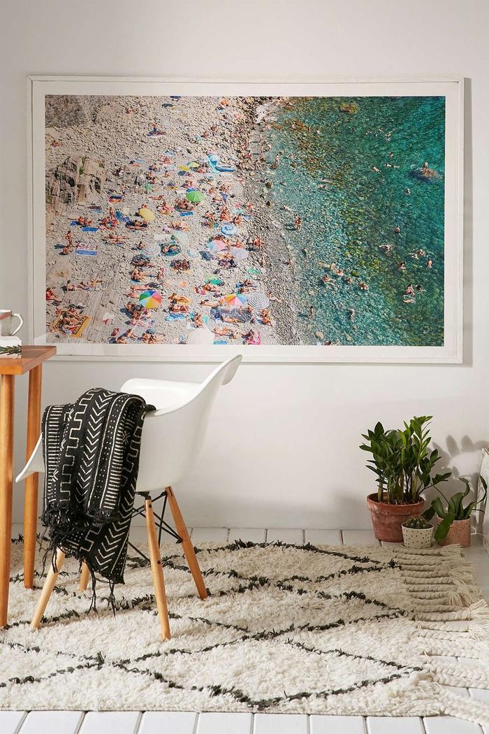 déco scandinave en blanc sublimée par un poster photo imprimé en grand format aux nuances de bleu paon
