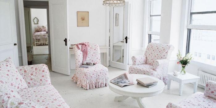 canapé shabby chic et fauteuils a motifs floraux, table basse blanche, decor en blanc, decoration bouquet de fleurs, ambiance paisible