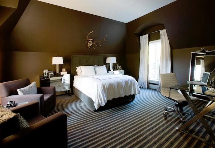 suite chambre aménagée avec murs marron chocolat