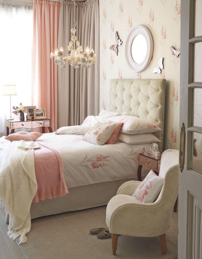 chambre adulte tapisserie beige et corail rose
