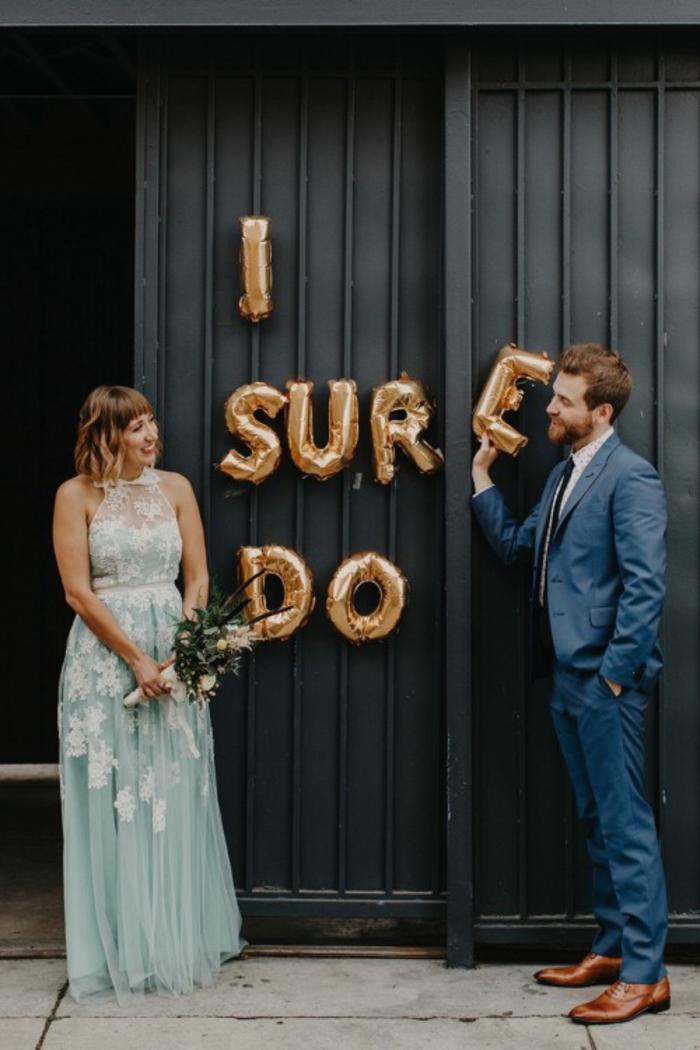déco de mariage originale en ballons dorées en formes de lettres, jolie photo de couple