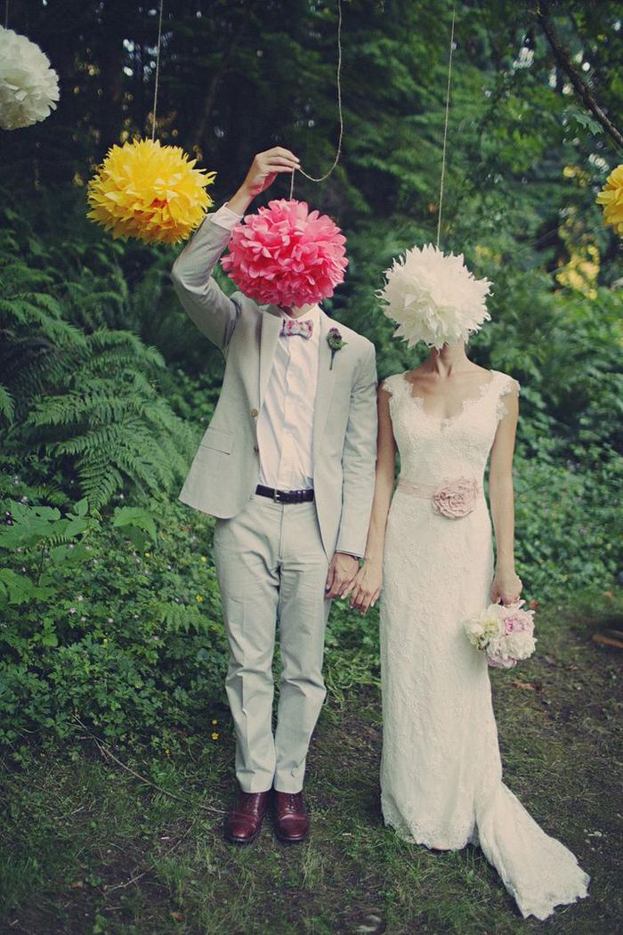 une jolie décoration de mariage en fleurs de papier utilisée pour une mise en scène ingénieuse, photo de couple créative