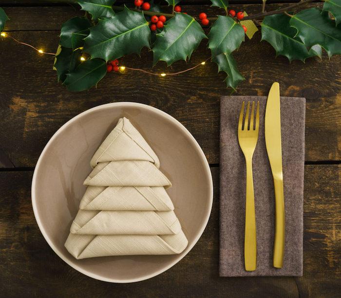 sapin en serviette tissu beige, arrangement de table de Noël, guirlande lumineuse et branchette verte artificielle