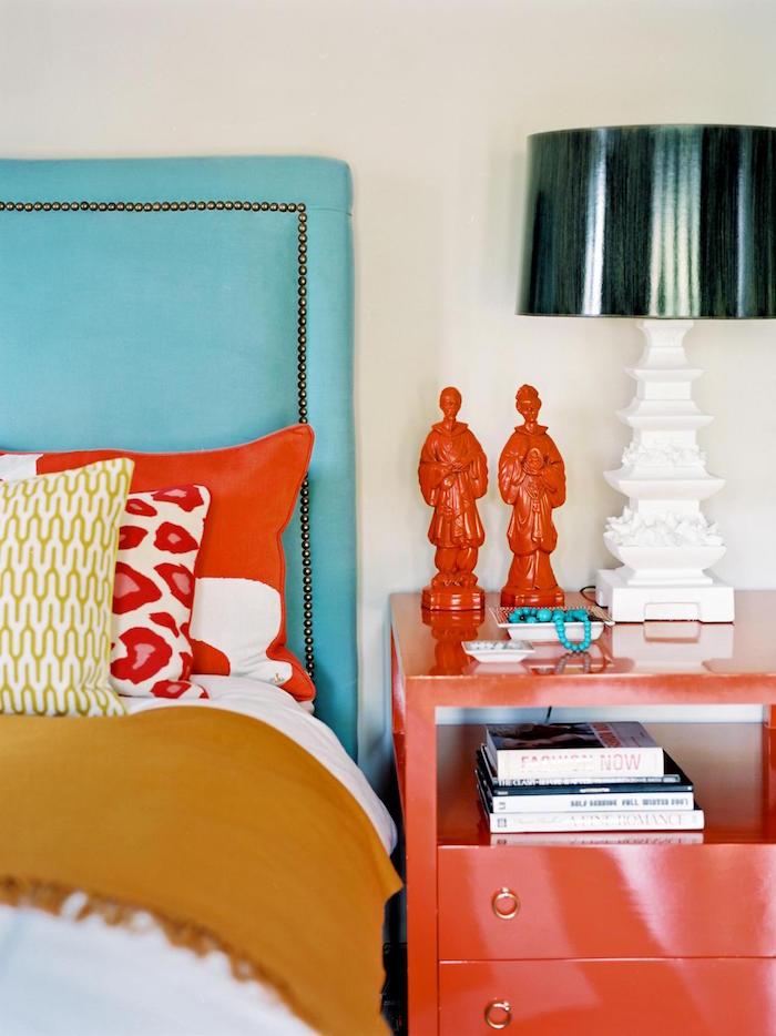 décoration chambre couleurs rouge corail turquoise jaune murs blancs