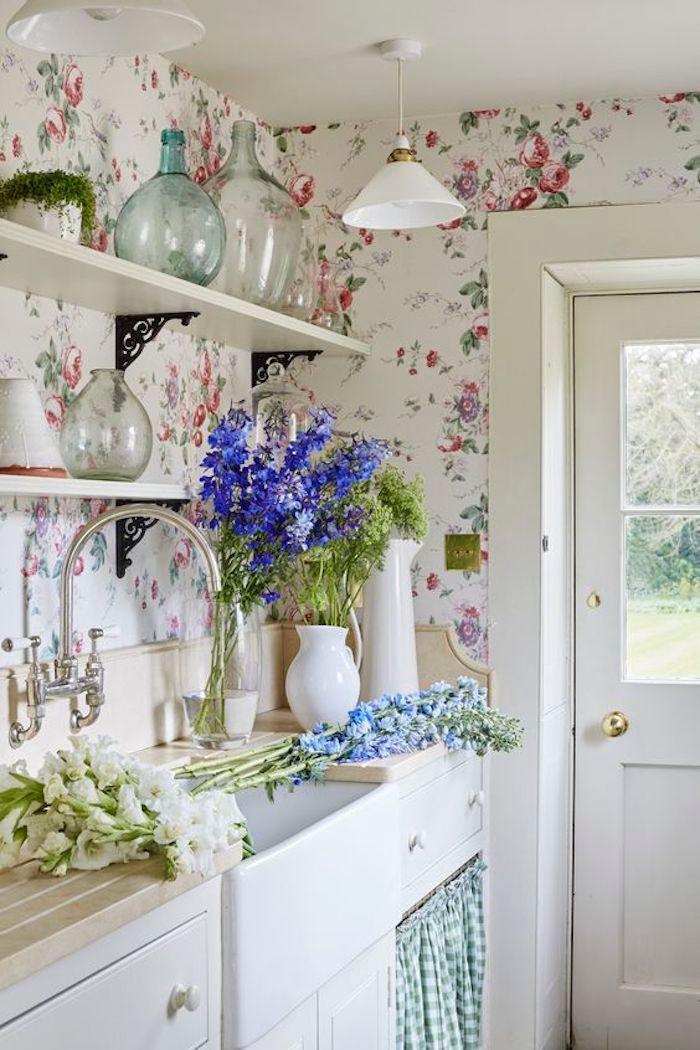 shabby chic dans la cuisine, façade cuisine blanche, etageres blanches, plan de travail en bois, papier peint fleuri, bouquets de fleurs