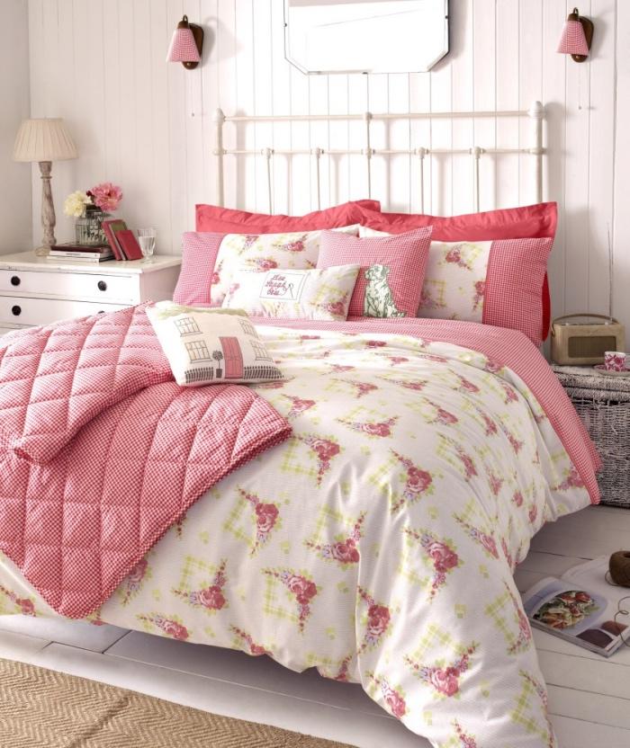 lit metallique, linge de lit blanc rose et rouge, meuble de nuit blanc vintage avec tiroirs, parquet blanchi et lambris, style shabby chic comment faire