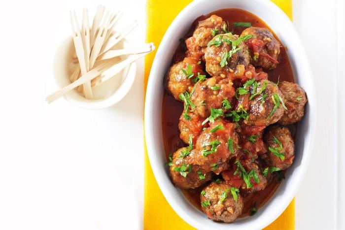 tapas facile, de boulettes de chorizo et boeuf dans une sacue tomate, tapas recette a faire soi meme