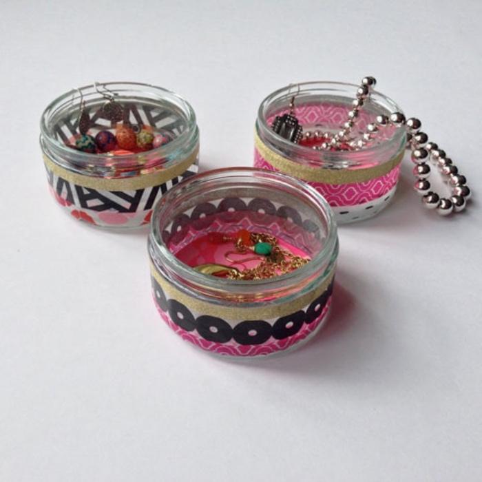 rangement maquillage et bijoux dans des pots en verre miniatures, customisés de masking tape, idée bricolage facile créatif