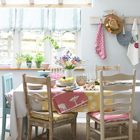 idée deco campagne chic, chaises en bois usées, nappe blanche et chemin de table jaune, mur couleur blanche, accessoires deco colorés, bouquets de fleurs