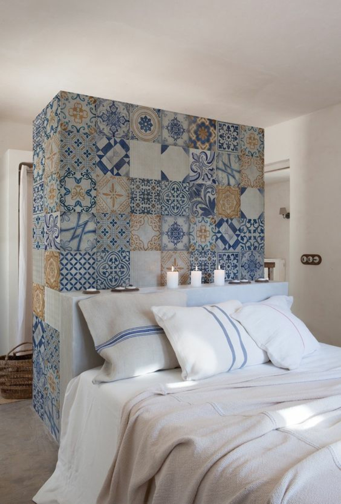 chambre design avec une colonne en mosaiques derrière le lit couleur principale bleu
