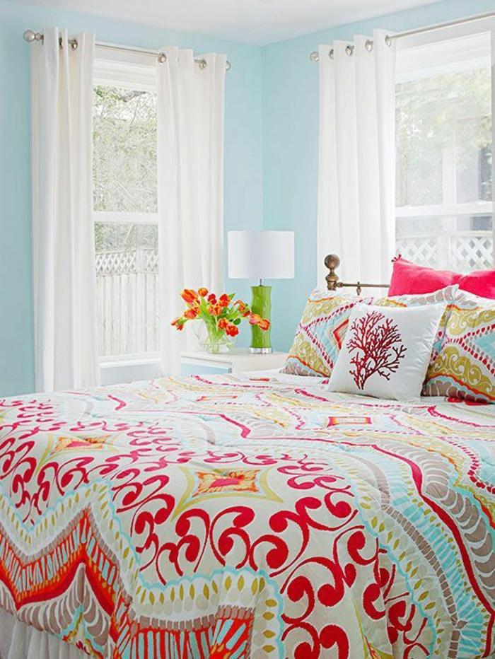 idee deco chambre avec des rideaux blancs transparents avec des murs bleu pastel