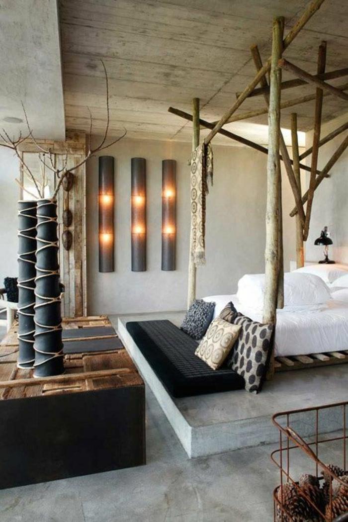 chambre design avec des poutres au dessus du lit et des grands vases avec des branches d arbres