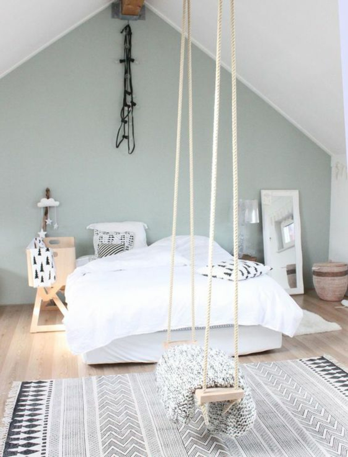 chambre design en bleu pastel et blanc avec une balancoire au milieu de la pièce