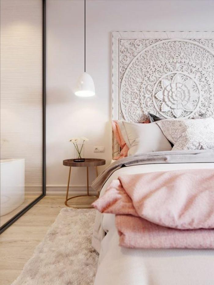 deco chambre gris et rose, lampe suspendue blanche, tête de lit blanche avec figures sophistiquées