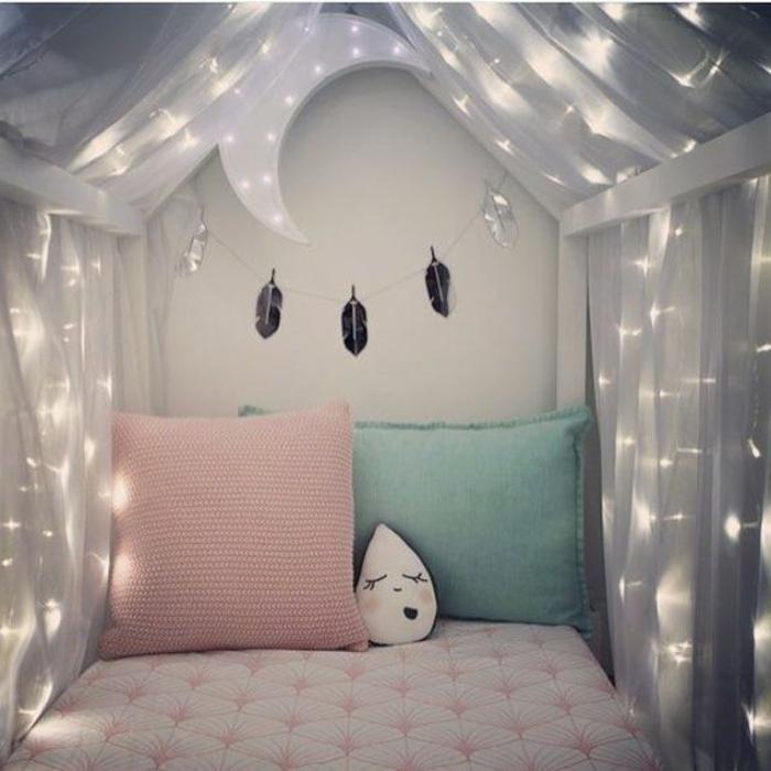 deco chambre gris et rose, ampoules électriques miraculeuses, coussins en couleurs pastels