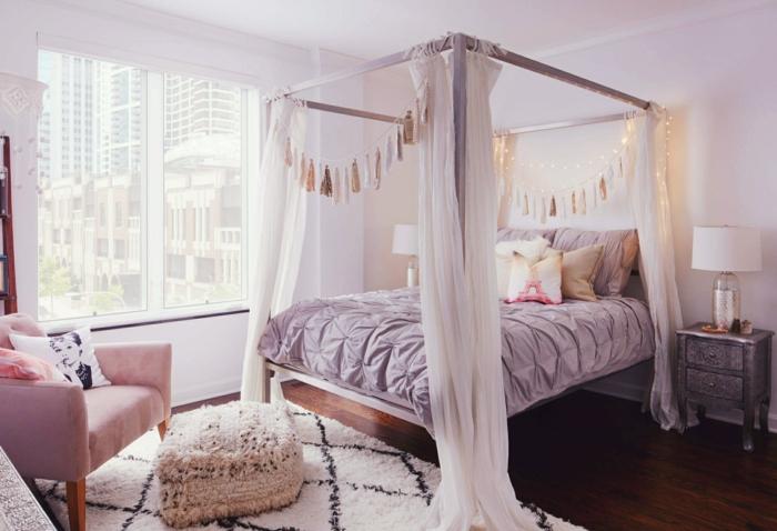 deco chambre gris et rose, tapis berbère, fauteuil rose, tabouret blanc, lit baldaquin