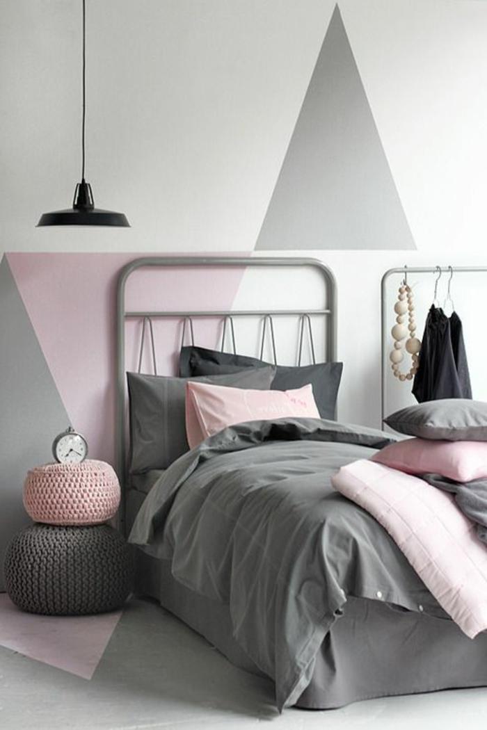 deco chambre gris et rose, mur avec figures géométriques, chambre en couleurs pastels, suspension noire