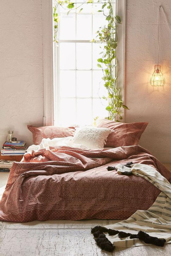 deco chambre romantique, plante grimpante, lampe cage et grande fenêtre, lit en rose