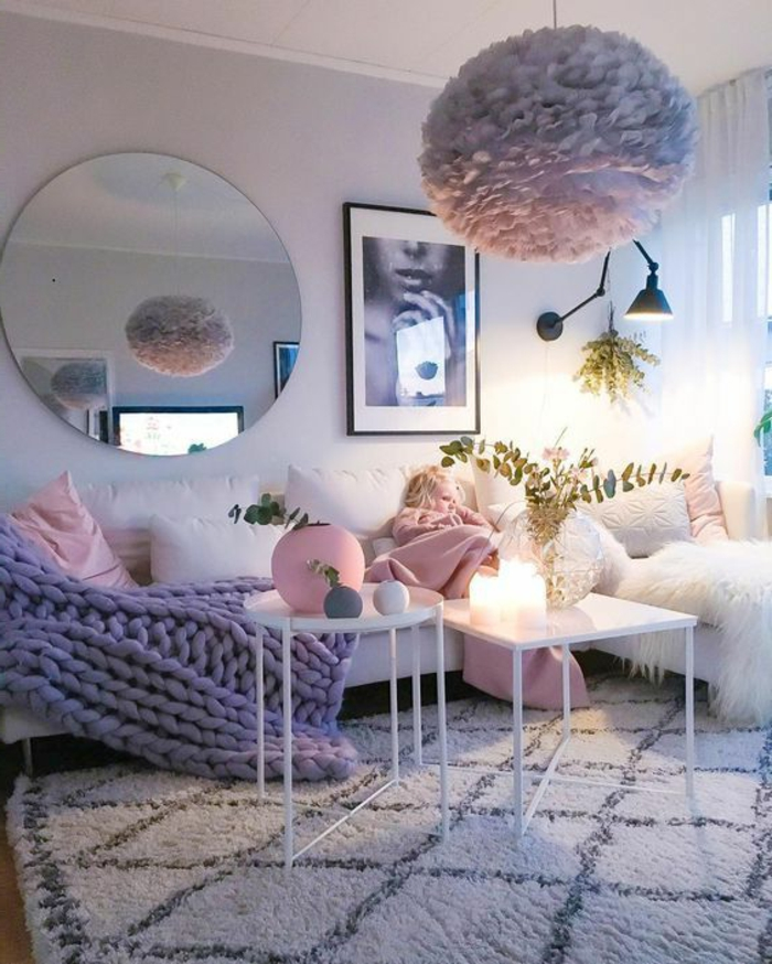 deco chambre romantique, tapis berbère, tables blanches, plafonnier boule en papier